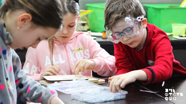 Copii jucându-se la cursurile eematico