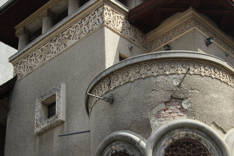 A Neoromanian building from Bucharest with marks of deterioration