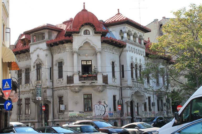 An example of a Neoromanian building in a severe state of deterioration. / Un exemplu de clădire Neoromânească într-un stadiu avansat de degradare.